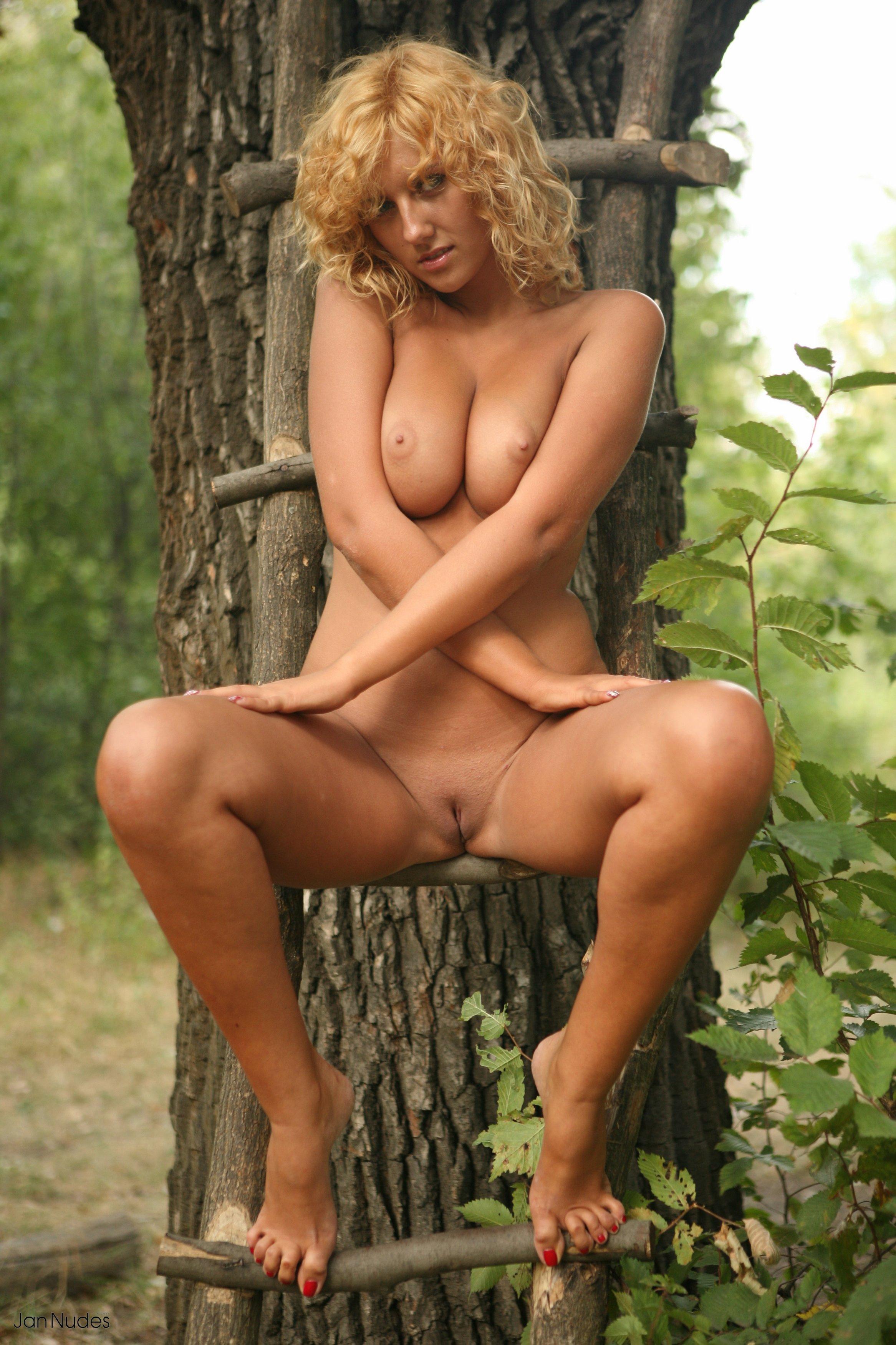 Эротика блондинка в лесу 20 фотография