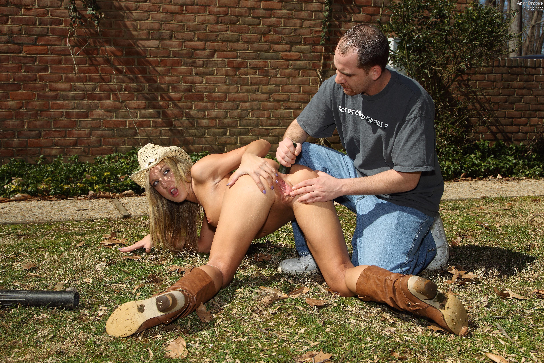 Трахает девушку огурцом 14 фотография